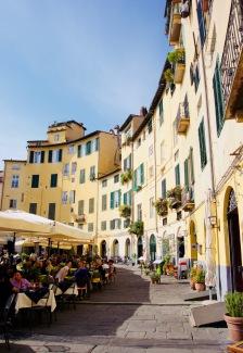 Toskana_Lucca_Piazza dell'Anfiteatro02 - 1