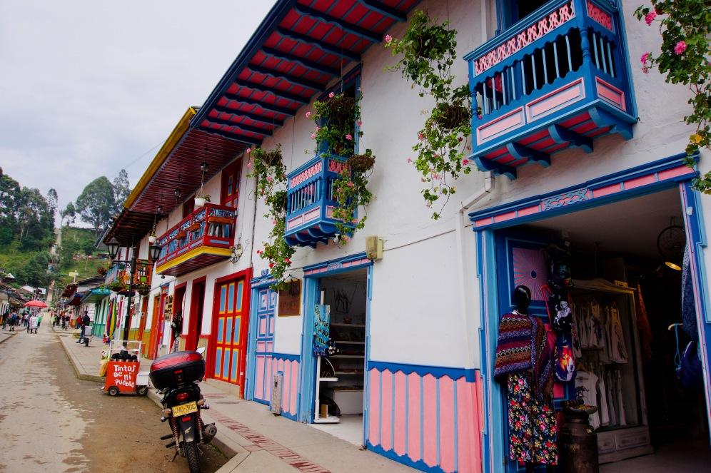 Kolumbien_Salento_Straße_Haus - 1