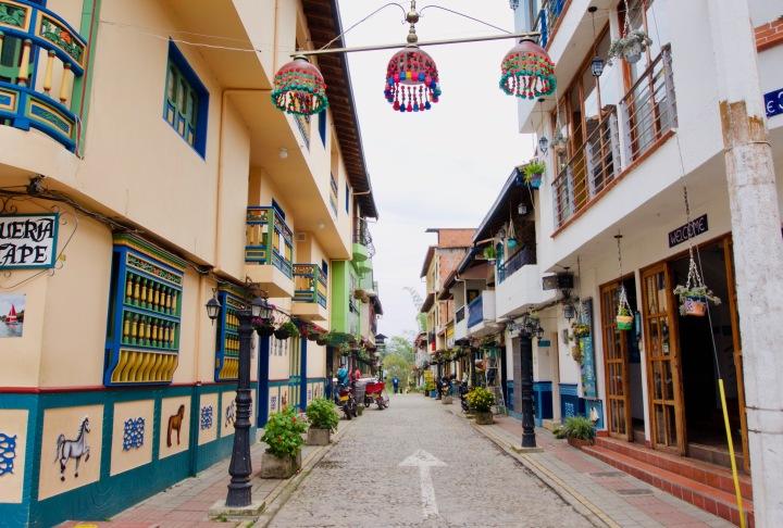 Kolumbien_Guatape_Häuser_Blumen - 1.jpg