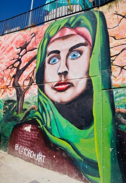 Kolumbien_Medellin_Comuna13_Streetart_Frau - 1